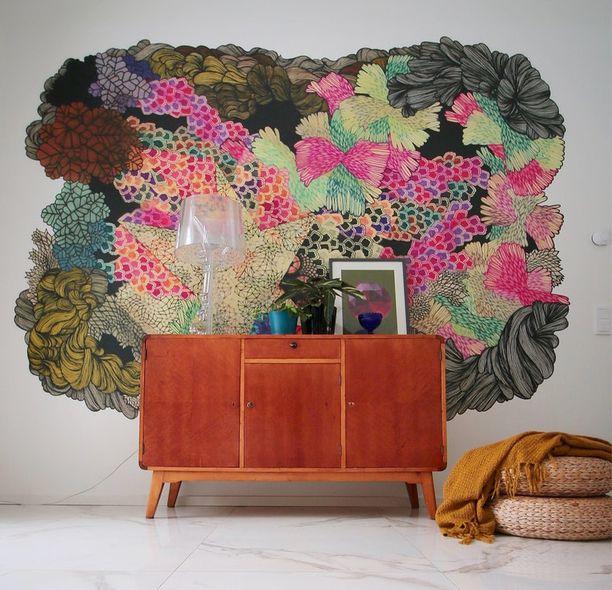 Tapetti voi nyt olla huoneessa huomion keskipisteenä. Värikäs kuvio on kuin taideteos, joka vangitsee katseen.