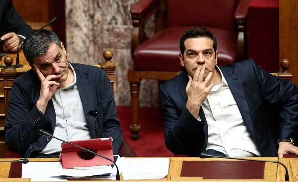 Kreikan pääministeri Alexis Tsipras (oik.) ja talousministeri Euclid Tsakalotos parlamentin istunnossa.