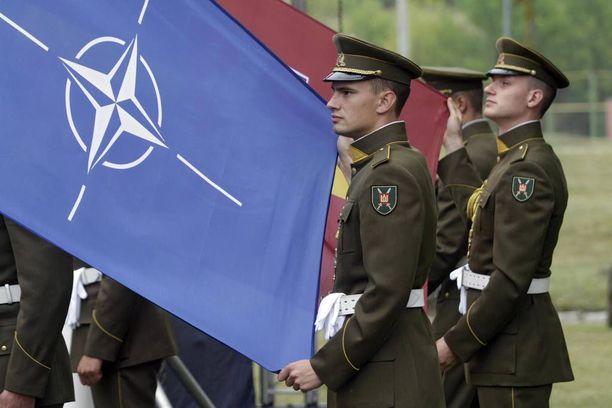 Liettualaiset sotilaat pitelevät Nato-lippua Vilnassa elokuun alussa.