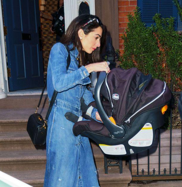 Paparazzit yllättivät Amal Clooneyn kotitalon edessä.