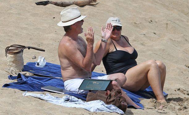 Pierce Brosnan vaimonsa Keely Shaye Smithin kanssa Havaijin lomalla.