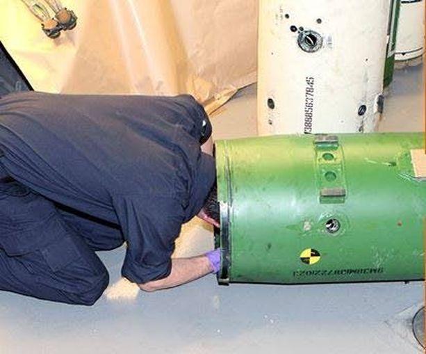 Tutkija ryömi ohjuksen kuoren sisään selvittäessään ohjuksen tarkkaa rakennetta.