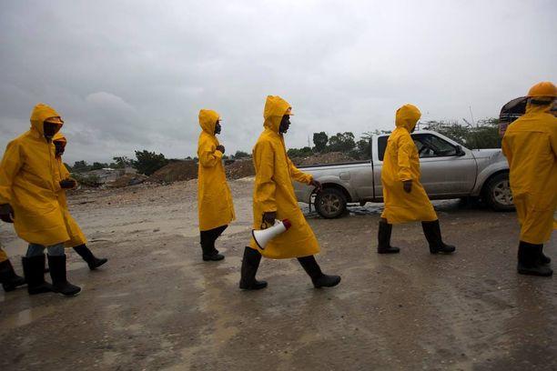 Viranomaiset evakuoivat asukkaita Grise-joen varrelta Haitilla.