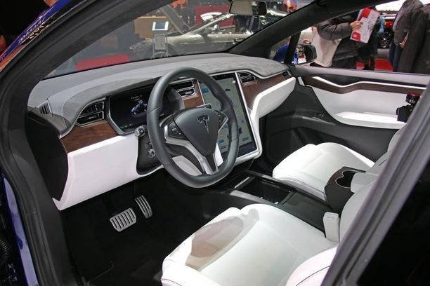 Ohjaamo on tuttua Teslaa.