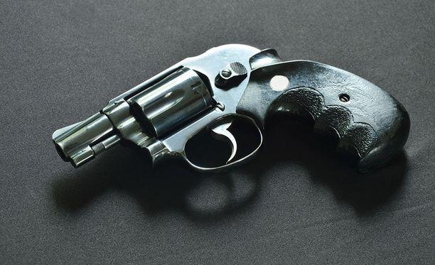 Miehen hallusta löytyi kaksi pistoolia ja haulikko, joihin hänellä ei ollut hallussapitolupaa. Kuvituskuva.