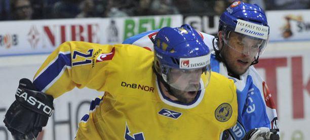 Peter Forsberg väänsi Mikko Mäenpään kanssa Suomen EHT-turnauksessa. Suomi pöllytti Ruotsia ennätyslukemin 7-0.