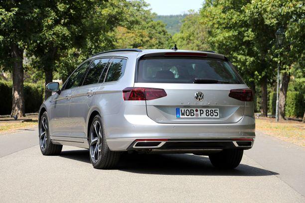 Takaa uudistuneen mallin erottaa edeltävästä lähinnä VW-tunnuksen alla olevasta Passat-tekstistä.