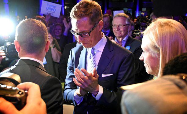 Median ja kokousväen huomio kääntyi välittömästi tuloksen julkistamisen jälkeen Petteri Orpoon. Hävinnyt puheenjohtaja Alexander Stubb vetäytyi aplodit antaen sivummalle. Tilannetta seurasi kolmas puheenjohtajaehdokas Elina Lepomäki.