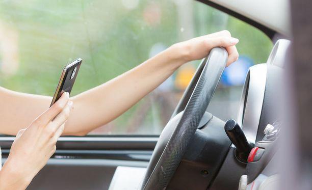 LähiTapiolan kyselyn tulosten mukaan 15-24-vuotiaat käyttävät puhelintaan ajon aikana huomattavasti vanhempia kuljettajia enemmän.