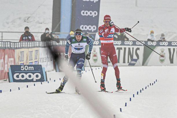 Pian tämän kuvan ottamisen jälkeen Aleksandr Bolshunov löi oikealla sauvallaan kahdesti kohti Joni Mäkeä. Jälkimmäinen isku osui suomalaisen oikeaan kämmenselkään. Venäläisen sauva hajosi tapahtuman myötä.