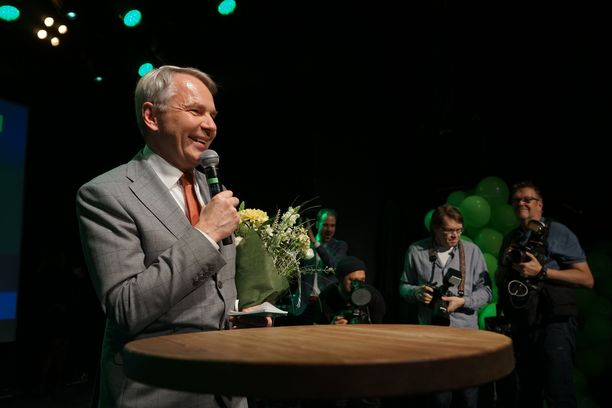 Pekka Haaviston saapuminen vihreiden valvojaisiin räjäytti metelin kattoon. Haavisto pääsi kertomaan väelleen ennätysmäisestä vaalivoitosta.