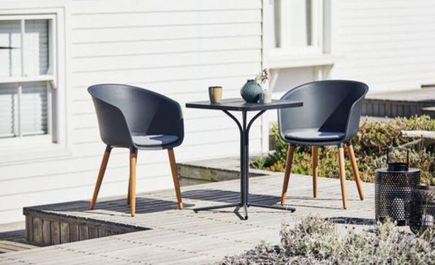 Tämä Jyskiltä löytyvä pöytä on alumiinia, terästä ja artwoodia. Tuolit ovat UV-suojattua muovia ja tuolin kovapuujalat ovat irrotettavat. Orten pöytä 69,99 ja Varming- tuoli 79,99 kappale.