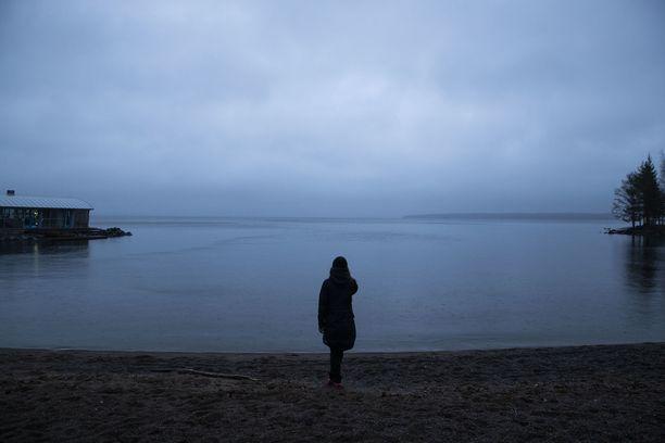 Tampereen Kaupinojan rannassa harmaaseen taittui ripaus sinistä maanantaina hieman ennen kello neljää iltapäivällä.