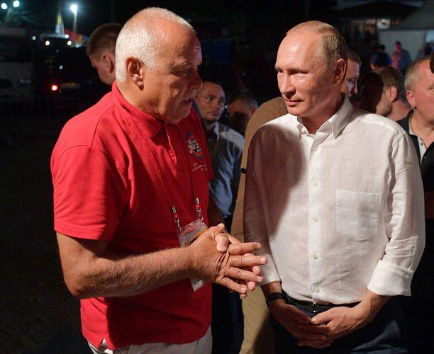 Dmitri Kiseljov ja Vladimir Putin ovat hyviä ystäviä.
