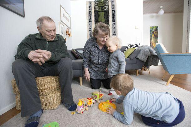 Aune ja Pekka tapaavat lapsenlapsiaan usein.