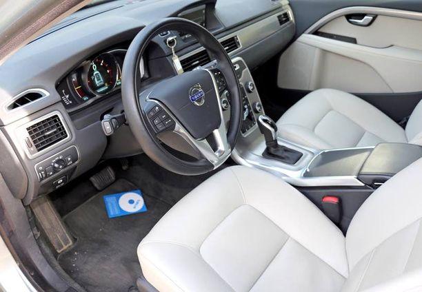 Ohjaamossa mittaristo on päivittynyt pienemmistä Volvoista tuttuun digitaalimuottiin.