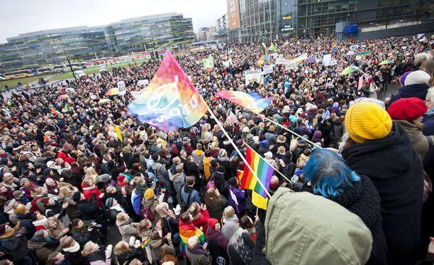 Eduskuntatalon ympäristössä osoitettiin mieltä puolesta ja vastaan liittyen tasa-arvoiseen avioliittolakiin 2014. Sukupuolineutraali avioliittolaki hyväksyttiin eduskunnan toisessa äänestyksessä loppuvuodesta 2014.