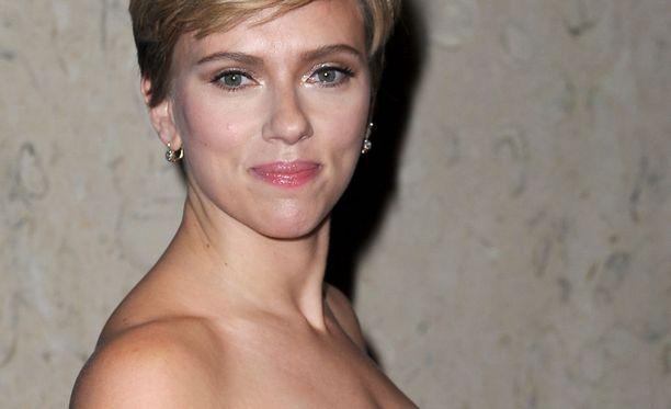 Rooli olisi vaatinut Scarlett Johanssonilta rajua muuntautumista. Tosielämän herra Gill oli turpea hahmo, mutta melko saman pituinen (165 cm) Johanssonin (160 cm) kanssa.