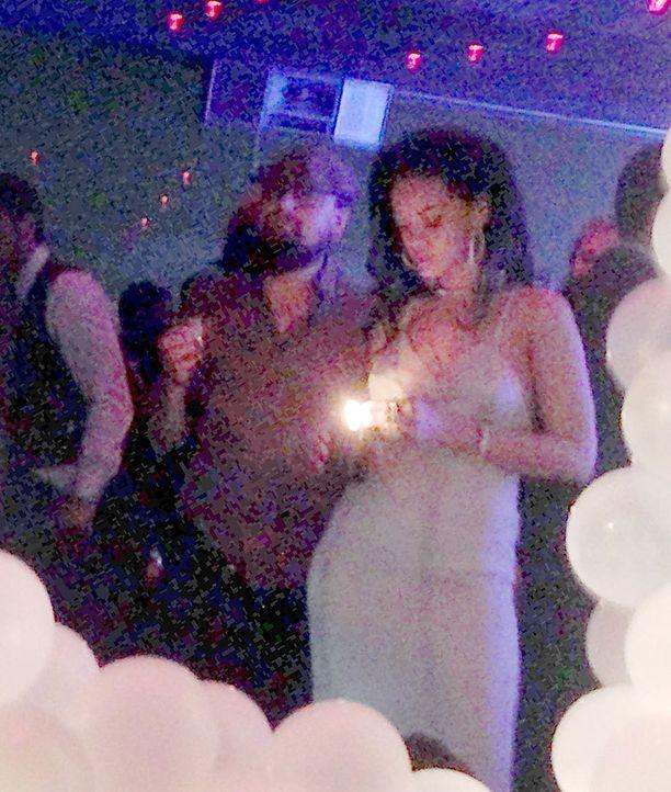 Tässä ensimmäisessä yhteiskuvassa Leonardo ja Rihanna sytyttelevät yhdessä käsin käärittyä savuketta.