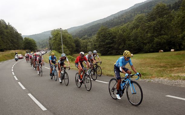 Nairo Quintana (oik.) ja kumppanit polkivat menemään 15. etapilla.