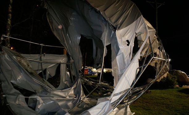 Tuuli teki tuhoja Ylivieskassa.