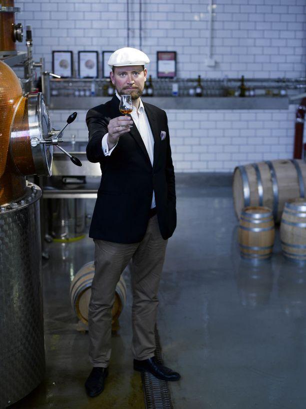 Kai Kilpinen, yksi Helsinki Distilling Companyn perustajajäsenistä, harmittelee näyte-erehdystä.