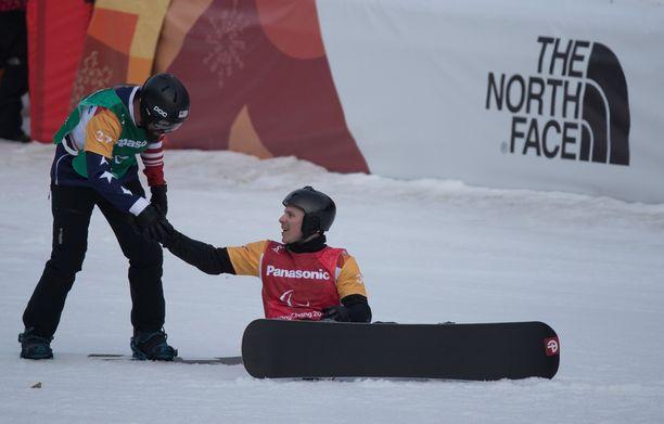 Hopeamitalisti Keith Gabel (vas.) onnitteli voittajaa Matti Suur-Hamaria rehdisti finaalilaskun jälkeen.