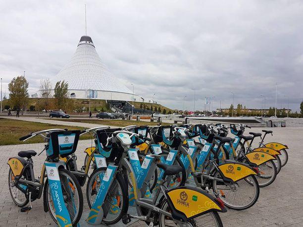 Astanassa kaupunkiin voi tutustua kaupunkipyörillä. Taustalla Khan Shatyr.