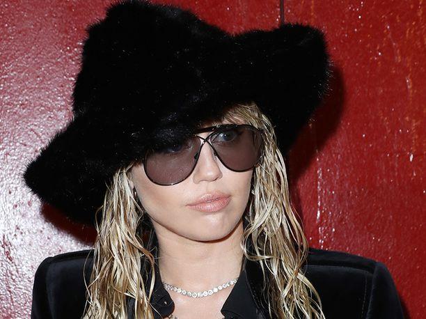 Miley Cyrus ja Kaitlynn Carter eivät ole enää pari, People-lehti kertoo.