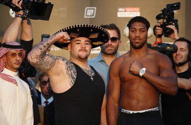 Anthony Joshua (oikealla) on entistä kireämpi. Andy Ruiz on puolestaan saanut lisäkiloja.