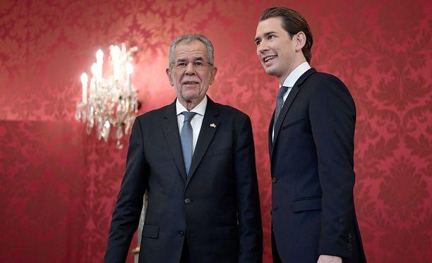 Kurz tapaamassa Itävallan presidenttiä Alexander Van der Belleniä.