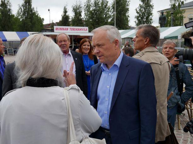 Kokoomuksen eduskuntaryhmän puheenjohtaja Kalle Jokinen vakuutti Mikkelin torilla, että suomalaisten turvallisuudesta ei säästetä.