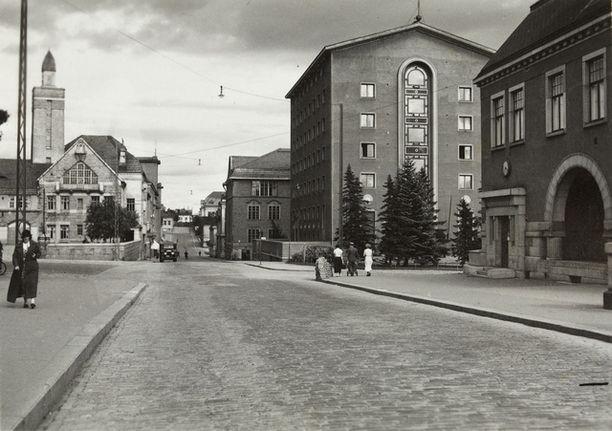 Takavuosien tunnelmaa Tampereen Satakunnankadulla. Oikealla Grand Hotel Tammer, vasemmalla paloasema.