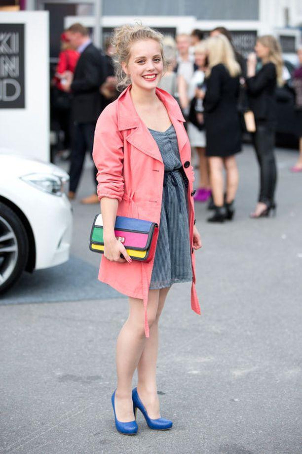 Emma valitsi päälleen suloisen Zaran mekon, ja väripilkkuna toimi punainen trenssi.