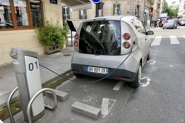 Suttuiset Autolib-yhteiskäyttösähköautot ovat tuttu näky Pariisissa. Niistä on kuitenkin tulossa kaupunkilaisille jopa 233 miljoonan euron lasku.