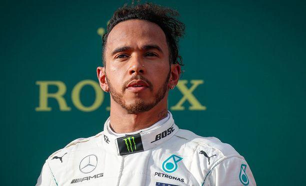 Lewis Hamilton on kuljettajien MM-sarjassa toisena, mutta Jacques Villeneuven mielestä brittikuski on pahassa kriisissä.