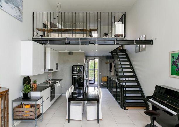 Loft-asunnosta tuli parven myötä kaksikerroksinen ja yksinkertaiset mustat portaat tuovat muuten vaaleaan asuntoon hienoa kontrastia.