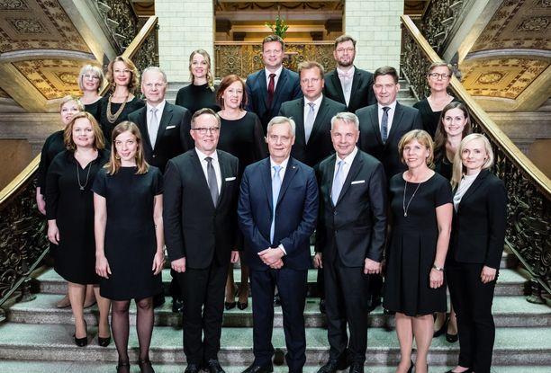 Antti Rinteen hallituksessa on 19 ministeriä. Apukäsiksi palkataan 15 valtiosihteeriä ja noin 70 erityisavustajaa.