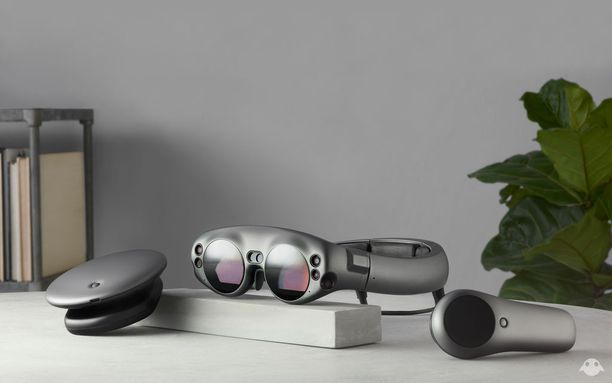AR-lasien lisäksi pakettiin kuuluu Lightpack-tietokone ja käsiohjain.