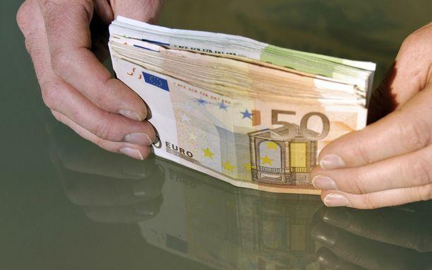 Omistajan mukaan hänelle poliisiasemalla luovutettu setelinippu ei ollut samanlainen kuin hänen kadottamansa. Kuvituskuva euroseteleistä.