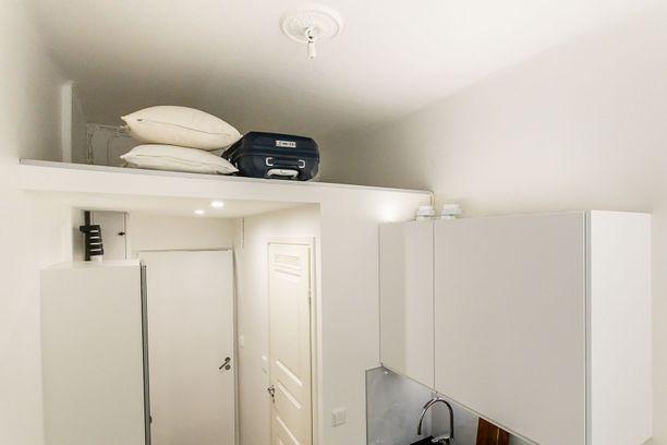 Asuntoon on rakennettu parvi, jossa on tilaa nukkua.