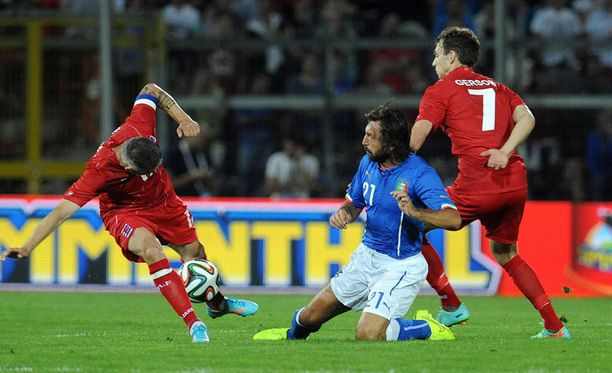 Andrea Pirlo (keskellä) ja kumppanit väänsivät nolon MM-kenraalin jalkapallokääpiö Luxemburgia vastaan.