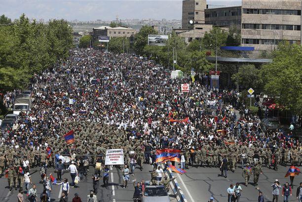 Sotilaiden johtama marssi Jerevanissa maanantaina.