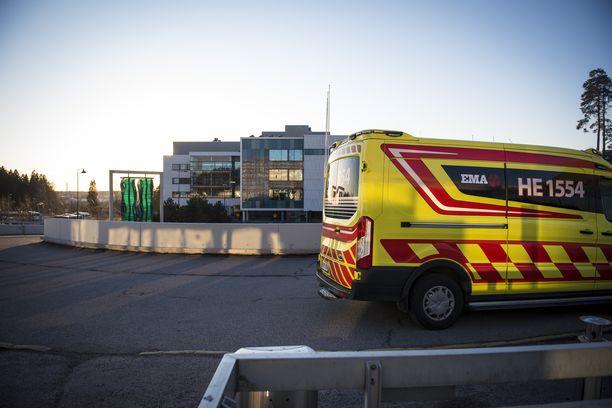 Nainen vietiin ambulanssilla Jorvin sairaalan päivystykseen. Arkistokuva sairaalan edestä.