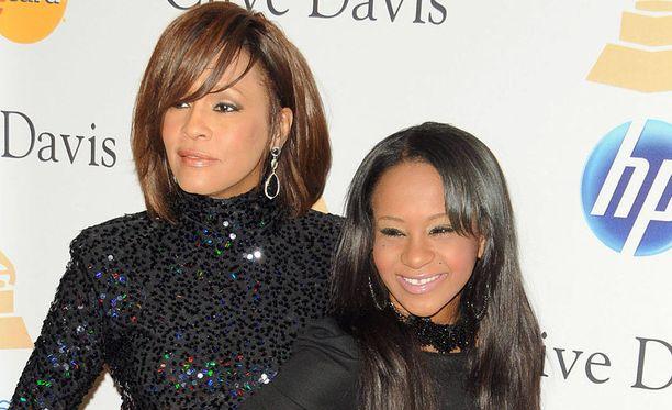 Laulaja Whitney Houston oli läheinen tyttärensä Bobbi Kristina Brownin kanssa. Houston menehtyi helmikuussa 2012 ja Brown heinäkuussa 2015.