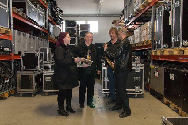 Heli ja Aki pääsevät käymään kauppaa Eppu Normaali -yhtyeen Martin ja Akun kanssa.