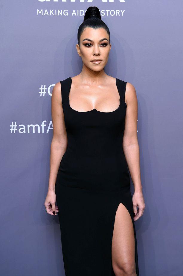Kardashian-Jenner-perheestä ainakin Kourtney Kardashianilla on silikonirinnat.