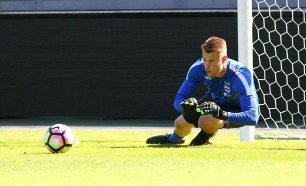 Anssi Jaakkola torjuu Suomen maalilla Liechtensteinia vastaan.