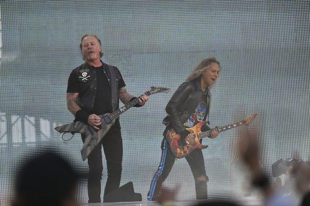 Metallica-kitaristit nauttivat työstään Hämeenlinnassa, vaikka maailmankiertueella on mittaa jo yli kaksi vuotta. Kirk Hammett (oik.) oli kvartetin parhaassa soittokunnossa tiistaina.