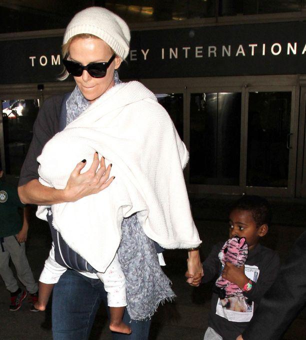 Charlize Theron on lapsiinsa Jacksoniin ja Augustiin sitoutunut äiti.